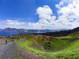 Reisegruppe am Krater des Daphne-Ausbruchs. Insel Nea Kameni/Santorin-Archipel.