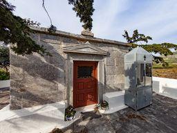 Der sehr gut erhaltene, antike Tempel ist heute die Kirche Agios Nikolaos Marmaritis bei Emporio.