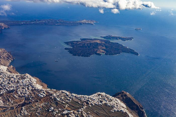 Schon beim Anflug auf Santorin konnte man die Caldera des Santorin-Vulkans bewundern. (c) Tobias Schorr
