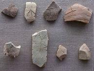 Scherben mit minoischen Schriftzeichen in Linear-A-Schrift