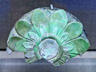 Schmuckobjekt, das auf einer Straussenei-Vase befestigt war