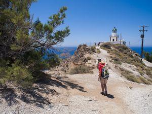 Mit einer Gruppe am Leuchtturm von Akrotiri/Santorin (c) Tobias Schorr