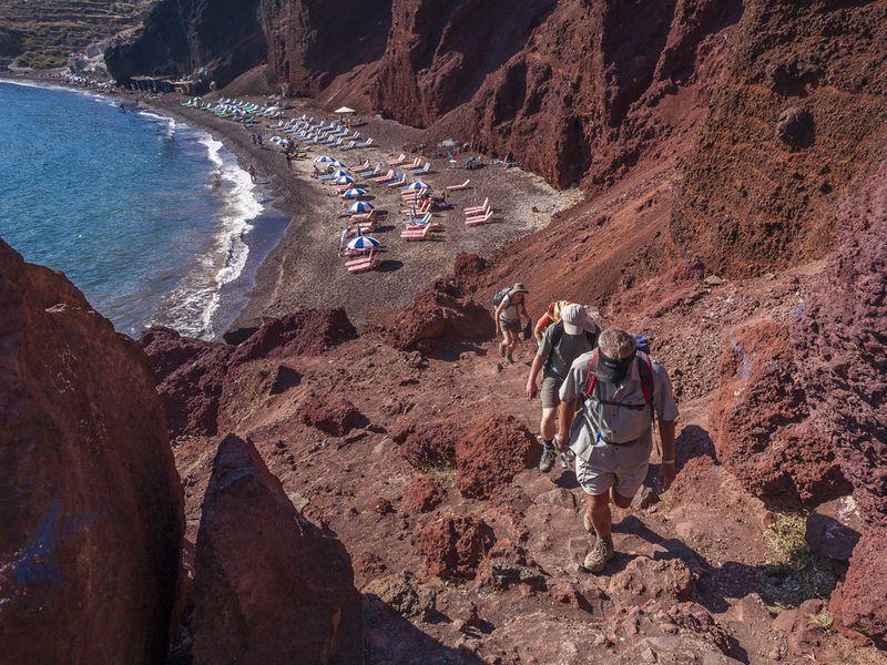 Wanderung am vulkanischen, roten Strand bei Akrotiri (c) Tobias Schorr