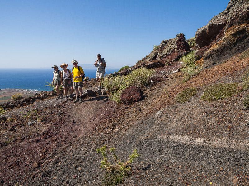 Eine Wanderung entlang der Kaldera, kurz vor Ia. (c) Tobias Schorr