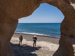 Beeindruckende Bimsfelsen am Strand im Süden von Akrotiri (c) Tobias Schorr