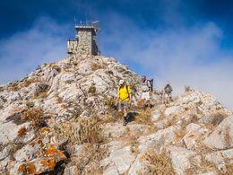 Der Wanderweg am höchsten Gipfel Santorins (c) Tobias Schorr
