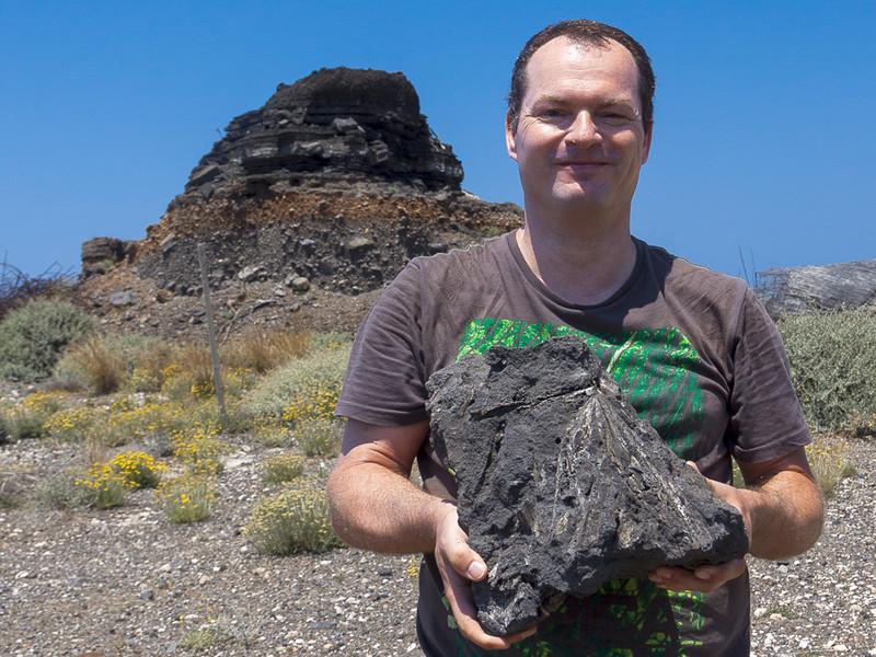 Tobias Schorr mit einem fossilen Palmblatt aus dem Steinbruch von Thira/Santorin