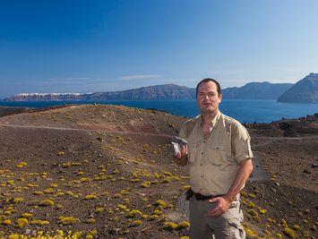 Tobias Schorr am Daphne-Krater auf der Vulkaninsel Nea Kameni in der Kaldera von Santorin (2015)