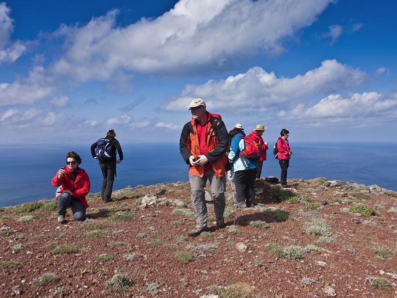 Mit einer Gruppe einer mineralogischen Studienreise auf Santorin unterwegs (c) Tobias Schorr