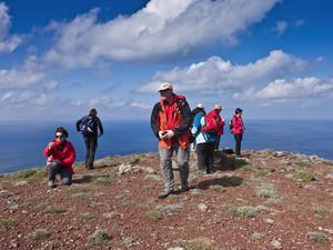 Eine österreichische Reisegruppe auf dem Vulkan Kokkino Vouno der Insel Santorin in Griechenland