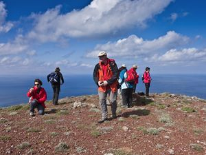 "An Austrian group on the volcano ""kokkino vouno"" on Santorini island (c) Tobias Schorr"