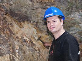 Tobias Schorr an der Mineralfundstelle im Hafen Athinios