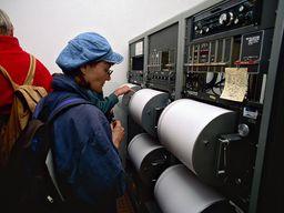 """Geologie """"live"""" erleben, wie hier mit einer Reisegruppe im ehm. seismologischen Zentrum auf Santorin. (c) Tobias Schorr"""