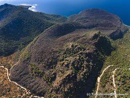 Luftbild des historischen Vulkans beim Dorf Kameni Chora