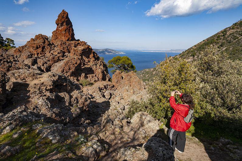 Alexandra fotografiert einen der Lavafelsen im historischen Vulkan von Methana. (c) Tobias Schorr