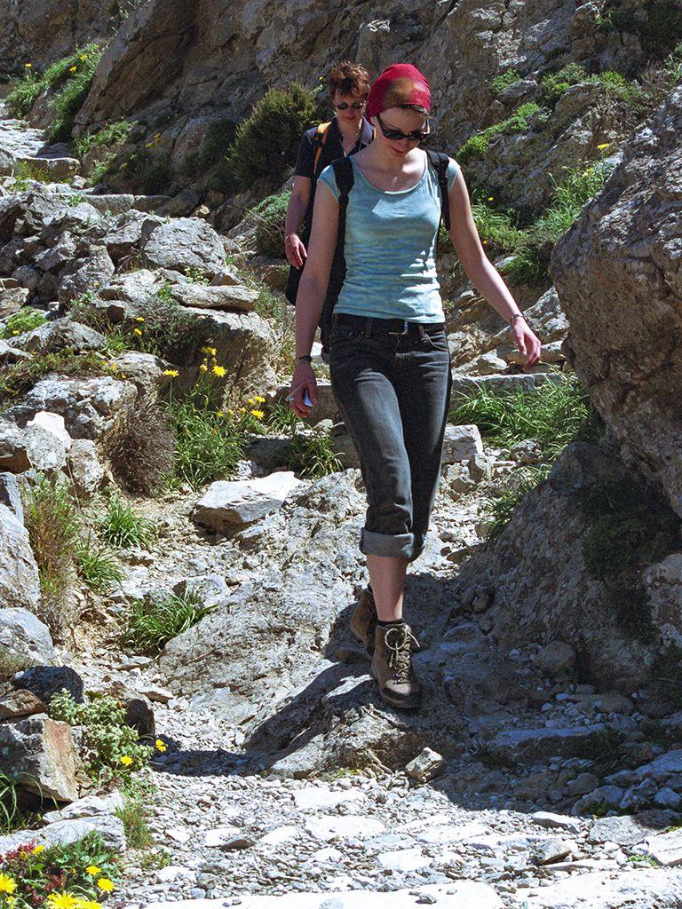 Katharina beim Abstieg von der antiken Akropolis des alten Theras. (c) Tobias Schorr