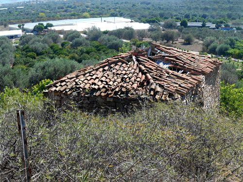 Das kleine Bauernhaus ist sehr renovierungsbedürftig, aber dadurch preisgünstig.