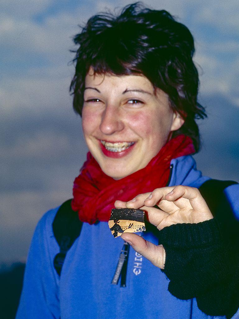 Katharina Reimers mit der von ihr gefundenen, antiken Scherbe vom Mavro Vouni. (c) Tobias Schorr