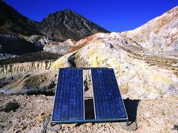 Solarzellen versorgen die Gasmessgeräte am Polyvotis-Krater (c) Tobias Schorr