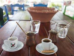 Ein typisch griechischer Kaffe im Café in Zia