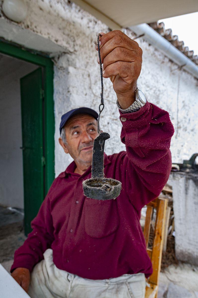 Der Sattler Kostas aus Makrylongos mit einer alten Öllampe. (c) Tobias Schorr