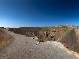 Der zentrale Krater Georgios der Vulkaninsel Nea Kameni, wo es 1950 den letzten Vulkanausbruch gab. (c) Tobias Schorr, April 2017