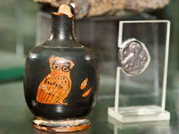 Antike Vase und die berühmte, silberne Drachme. (c) Tobias Schorr