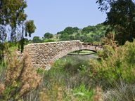 Eine kleine, mittelalterliche Brücke beim Heilbad Polichnitos