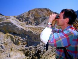 Dr. Prof. Lorenz Hurni sucht mit dem Fernglas nach Fumarolen am Hang des Profitis Ilias Gipfels (c) Tobias Schorr