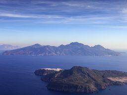 Luftbild von den Inseln Yali (vorne) und Nisyros (hinten) beim Anflug auf den Flughafen Kos KGS