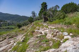 Nur noch die Grundmauern sind bei der mykenischen Siedlung in Kaloni erhalten. (c) Tobias Schorr