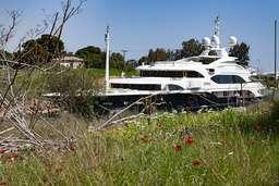 Eine Luxusyacht fährt durch den Kanal von Korinth. (c) Tobias Schorr