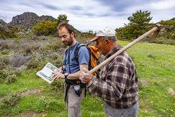 Vasili zeigt Kosta ein Buch über Orchideen. (c) Tobias Schorr