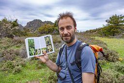 Vasilis ist Biologe und so war Methana natürlich ein idealer Ort, um Orchideen zu entdecken. (c) Tobias Schorr