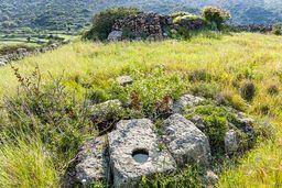 Blick auf die Zisterne der Akropolis Oga. (c) Tobias Schorr