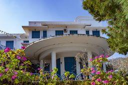Das alte Militärhotel gehörte zu den ersten Luxushotels in Griechenland. Heute verfällt es. (c) Tobias Schorr