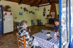 Nikos und sein Schwiegersohn in der alten Taverne von Theoni. (c) Tobias Schorr