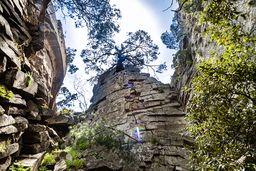 Einer der schönsten Felsen im Zentrum des historischen Lavadoms von Kameni Chora. (c) Tobias Schorr