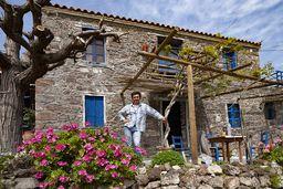 Theodoros Joannou vor seiner Taverne in Kameni Chora. (c) Tobias Schorr