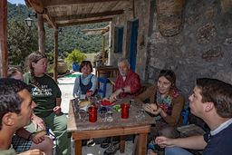 Meine Freunde und die Journalistin Alkyone Karamanolis in der Taverne von Theodoros Joannou. (c) Tobias Schorr