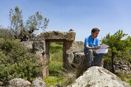 Andreas DEFFNER ist ein Griechenland-Fan, der schon mehrere Bücher über das Land geschrieben hat und hier am antiken Turm im Sinne seines Vorfahren Michael DEFFNER eine Lesung hält. (c) Tobias Schorr