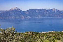 Blick auf die Westküste Methana, wo sich die antike Akropolis Paliokastro befindet, den Golf von Epidaurus und die Peloponnes. (c) Tobias Schorr