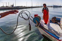 Die Fischerin Frau Vratsamis empfängt ein Seil. (c) Tobias Schorr