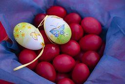 Rote Eier sind ein typisches Symbol für Ostern. (c) Tobias Schorr
