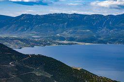 Blick auf die Ostküste der Peloponnes und den Psifta-See, wo der mythische König Saron ertrunken sein soll. (c) Tobias Schorr