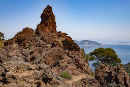 Wie ein Denkmal ragen die Andesit-Felsen aus dem ehemaligen Lavastrom. (c) Tobias Schorr
