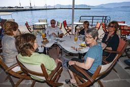 Am Nachmittag ist es immer recht schön, am Hafenquai von Methana ein frisches Mythos-Bier zu genießen. (c) Tobias Schorr