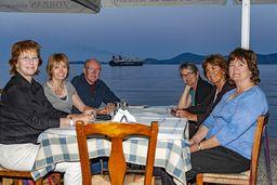 Ein Abendessen direkt am Meer gehört zu den schönsten Dingen auf Methana. (c) Tobias Schorr