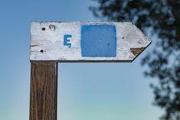 Ein Schild des ursprünglichen Wanderweg-Systems. Der Weg A in blauer Markierung führt auf den Berg bei den Heilbädern. (c) Tobias Schorr