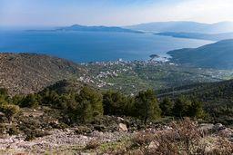Bei unserer Wanderung auf der Route C kamen wir am Ende noch zu diesem schönen Aussichtspunkt auf Methana. (c) Tobias Schorr